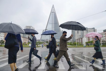 Ciudadanos caminan con mascarillas en Pyongyang