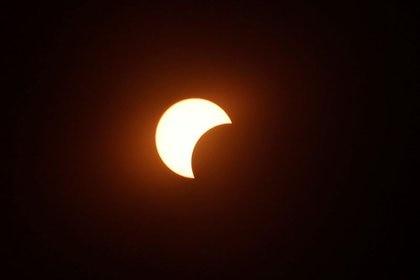 Por un momento, la luna tapará al sol (REUTERS/Ronen Zvulun)