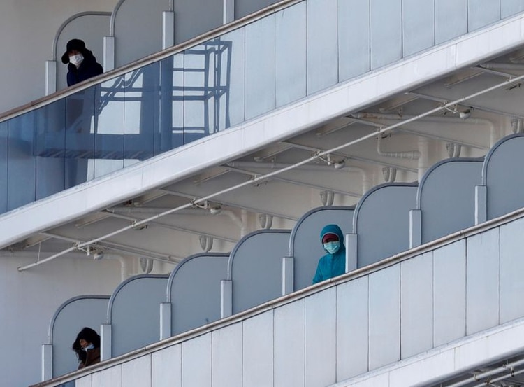 Los pasajeros del Diamond Princess, en sus cabinas, aislados para evitar la propagación del virus