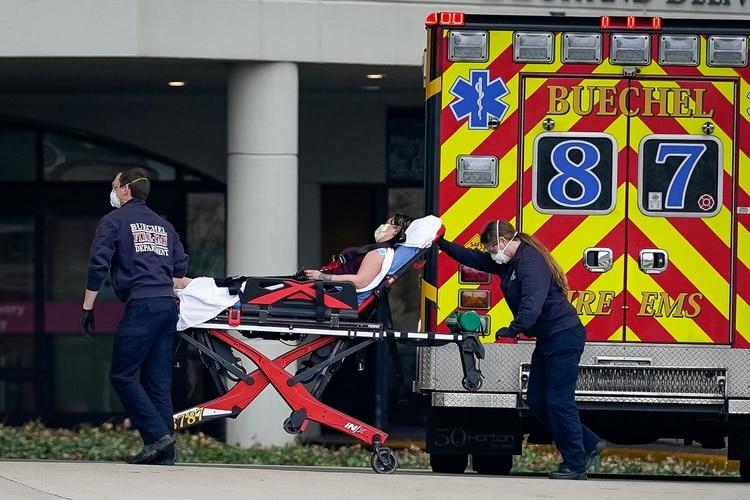 El personal médico de emergencias transporta a un paciente al departamento de emergencias del Hospital Norton de Mujeres y Niños en Louisville, Kentucky (Reuters/ Bryan Woolston)