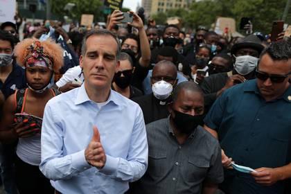 Eric Garcetti, alcalde de Los Ángeles, marchó junto a cientos de estadounidenses contra la violencia policial este 2 de junio (REUTERS/Lucy Nicholson)