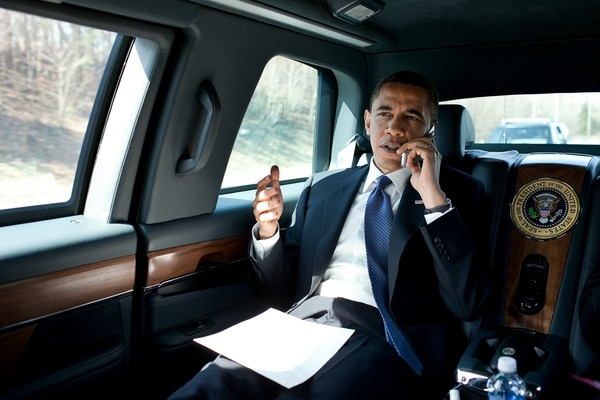Barak Obama trabajando desde dentro de la limusina presidencial. (Pete Souza, Obama White House)