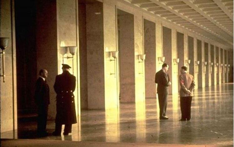 """Hitler, de espaldas, conversa en uno de los corredores del """"Führerbau"""" en Múnich"""