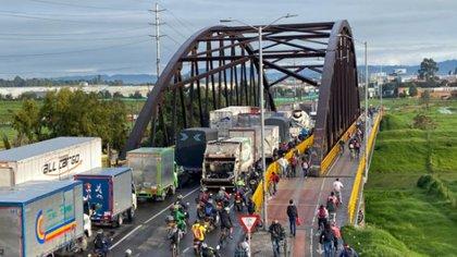 Denuncian cobros de hasta 1 millón de pesos para permitir el paso a vehículos de carga en el país