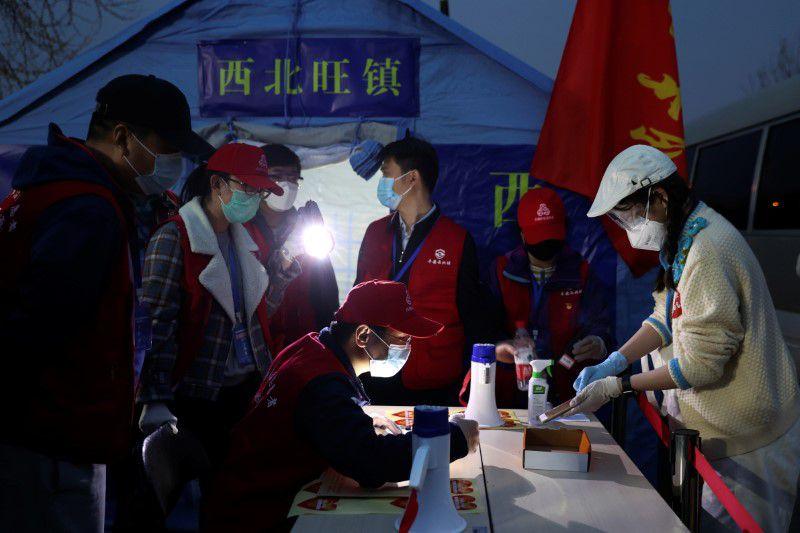 Funcionarios verifican información de personas que ingresan desde la provincia de Hubei a Pekín, China (Foto: vía REUTERS)