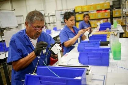 Imagen de archivo. Empleados de una fábrica de ensamblaje de componentes eléctricos para la indistria automotriz, en Ciudad Juárez, México. 25 de junio de 2019 Foto: (REUTERS/Jose Luis Gonzalez)