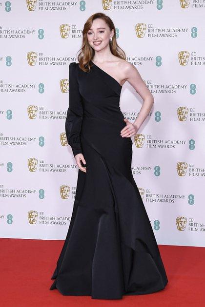 La actriz Phoebe Dynevor, una de las presentadoras de la gala, a su llegada al Royal Albert Hall para los premios de la Academia del Cine Británico con un vestido largo negro de Louis Vuitton