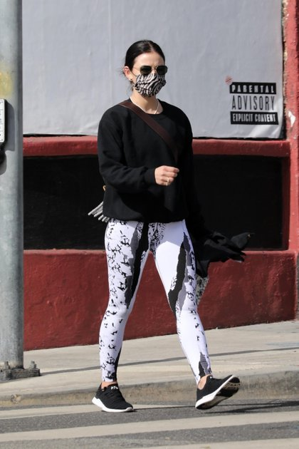 Always active. Lucy Hale was seen arriving at a private gym to take a Pilates class in Los Angeles, California. The actress wore a sporty look with patterned leggings, a black sweater, face masks and sunglasses. In addition, he carried a bottle of water to refresh himself during his class