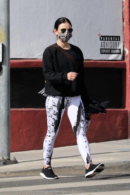Siempre activa. Lucy Hale fue vista llegando a un gimnasio privado para tomar una clase de pilates en Los Ángeles, California. La actriz lució un look deportivo de calzas estampadas, sweater negro, tapabocas y lentes de sol. Además, cargó una botella de agua para refrescarse durante su clase