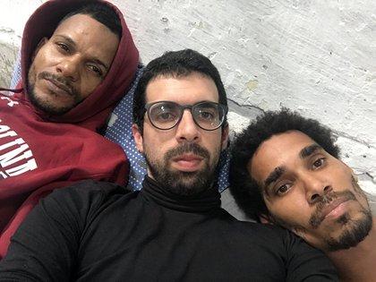 El periodista y escritor cubano Carlos Manuel Álvarez (c), junto a Maykel Castillo (i) y Luis Manuel Otero Alcántara (d), cinco de los opositores en huelga de hambre para protestar contra el encarcelamiento de un músico disidente local, se unió hoy, al grupo de opositores atrincherados desde hace una semana en una casa de La Habana (Cuba). EFE/Movimiento San Isidro