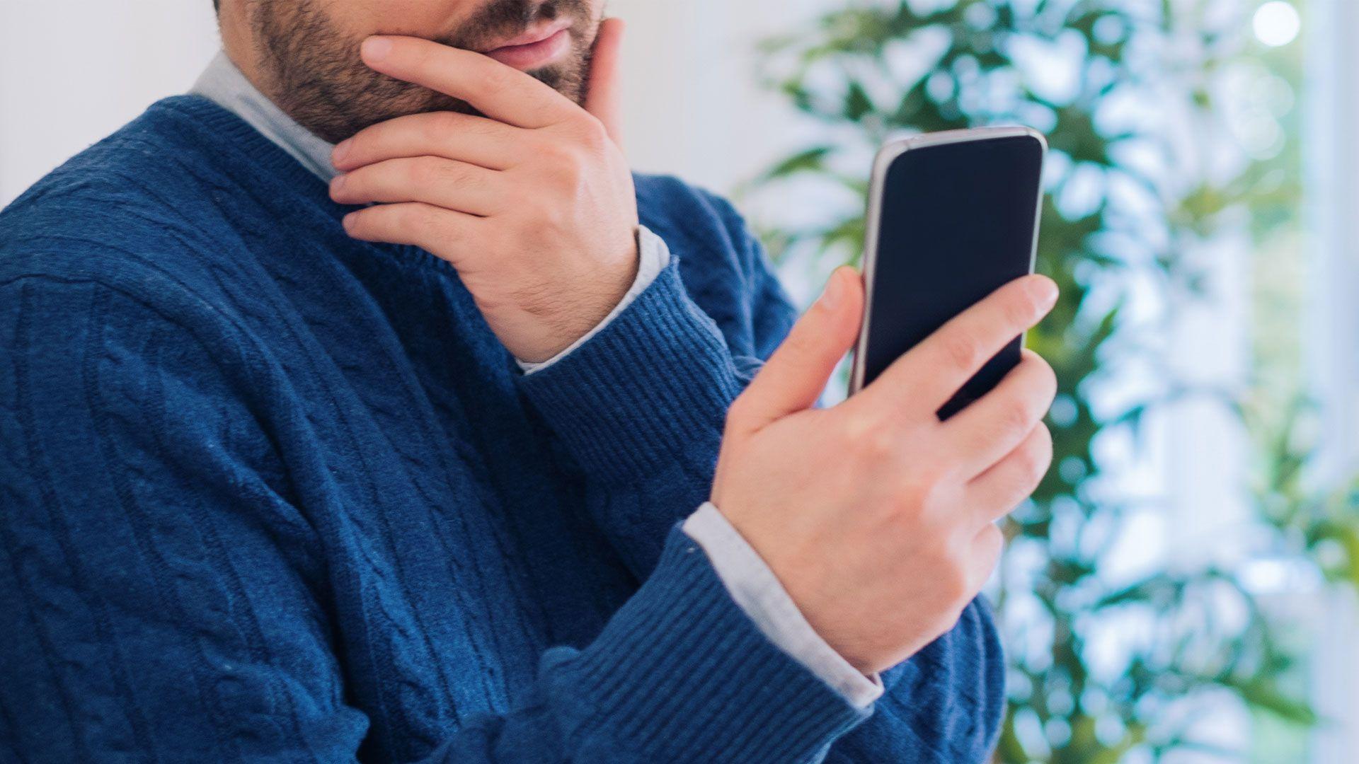 condenan a un hombre por maltrato y violación de privacidad tras revisar el celular de su pareja