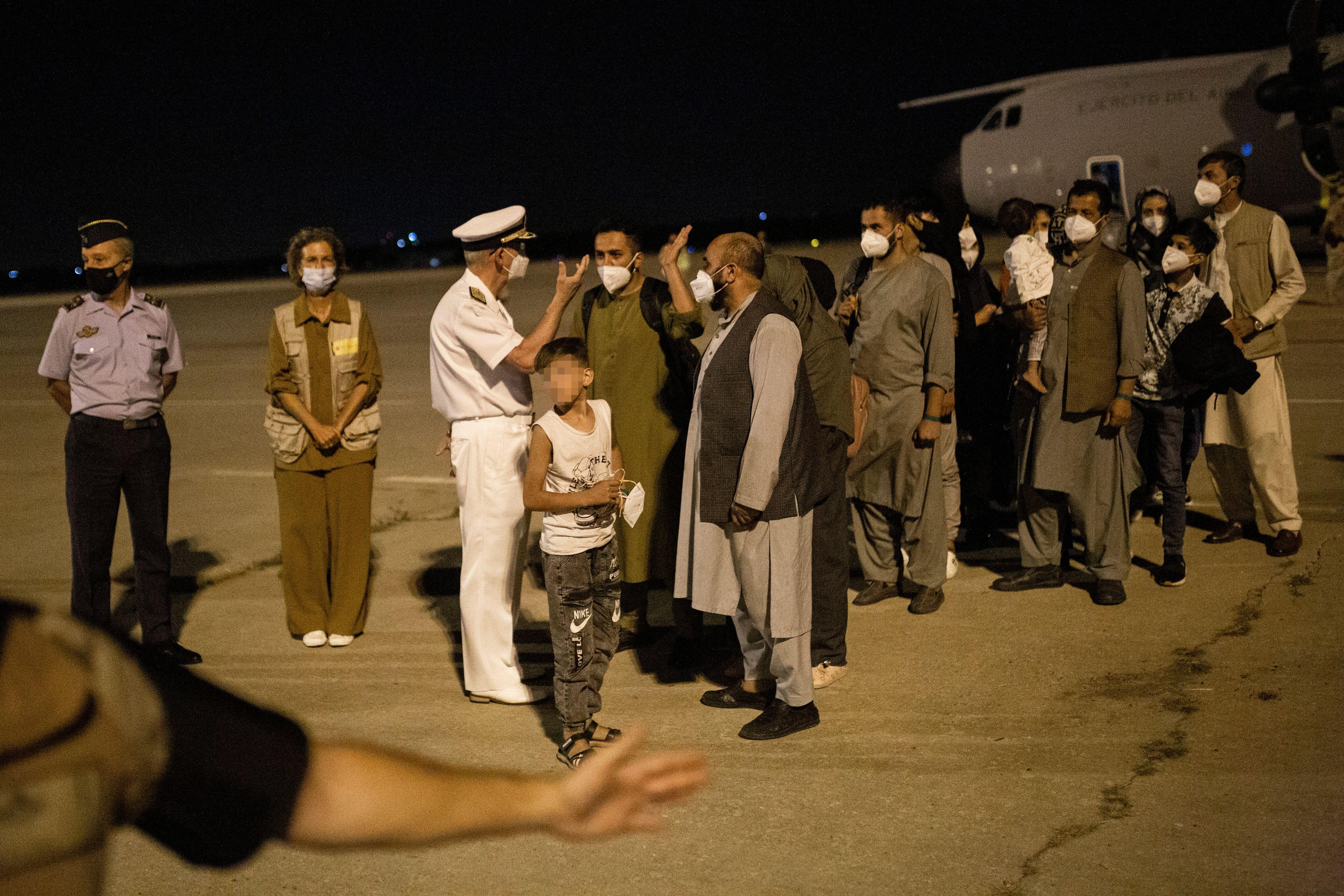 19-08-2021 Varias personas repatriadas llegan a la pista tras bajarse del avión A400M en el que ha sido evacuados de Kabul, a 19 de agosto de 2021, en Torrejón de Ardoz, Madrid, (España). El avión, enviado por el Gobierno de España, ha repatriado a un primer grupo de 55 españoles y colaboradores afganos. La repatriación se produce debido a la tensa situación en la que se encuentra Afganistán donde los talibán se hicieron el pasado domingo con el control. POLITICA  Alejandro Martínez Vélez - Europa Press