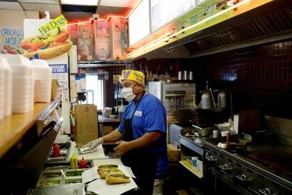 Los empleados de establecimientos en Chicago se han enfrentado a las negativas de la gente para usar estos utensilios. (Foto: Joshua Lott/Reuters)