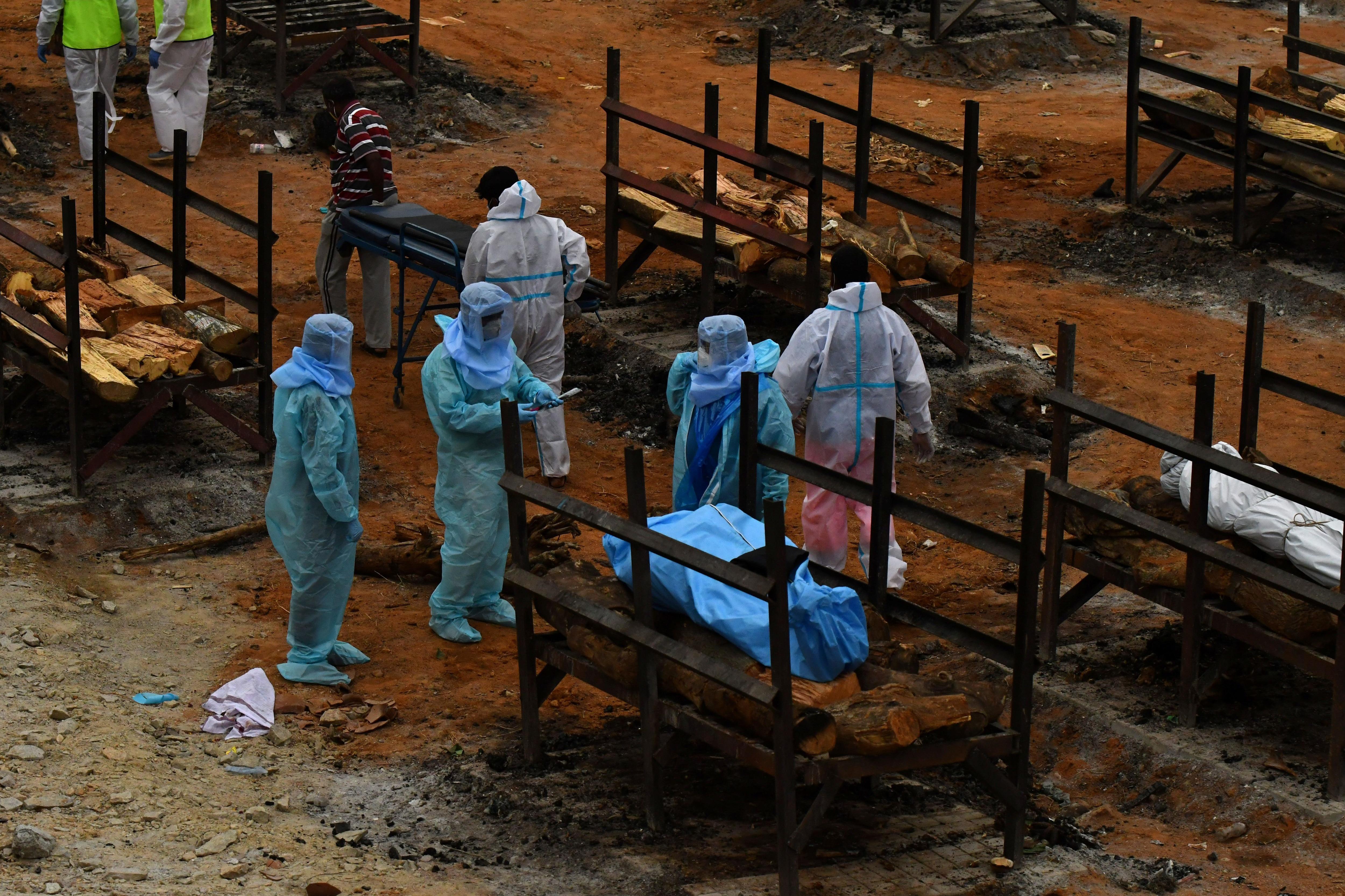 Preparativos para una cremación masiva en Bengaluru, India (Reuters)