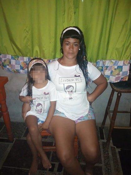Brisa junto a Cintia, su tía, quien la cría desde el femicidio de su mamá.