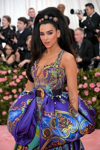 La estrella británica Dua Lipa lució uno de los outfits más comentados en las redes sociales. La firma Versace estuvo a cargo de gran parte de las piezas que eligieron las celebirdades