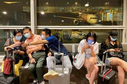 Pasajeros se cubren para no enfermar en los aeropuertos. (Foto: Reuters)