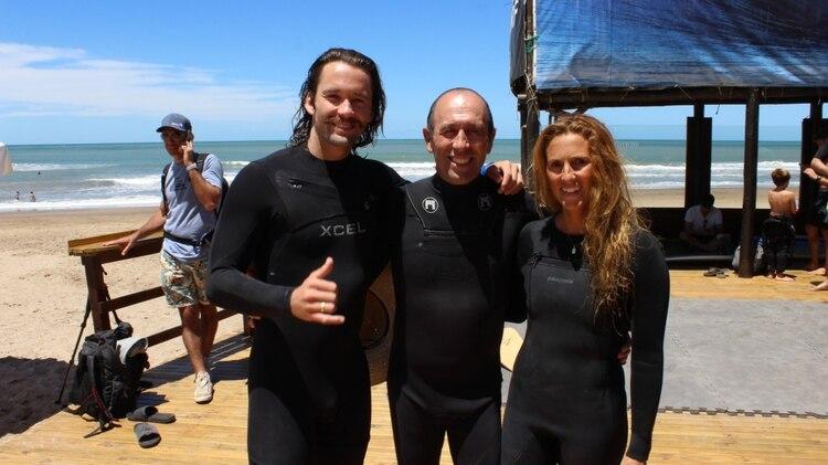 Familia de surf: Fernando al centro junto a su hijo Jakue y su esposa Florencia