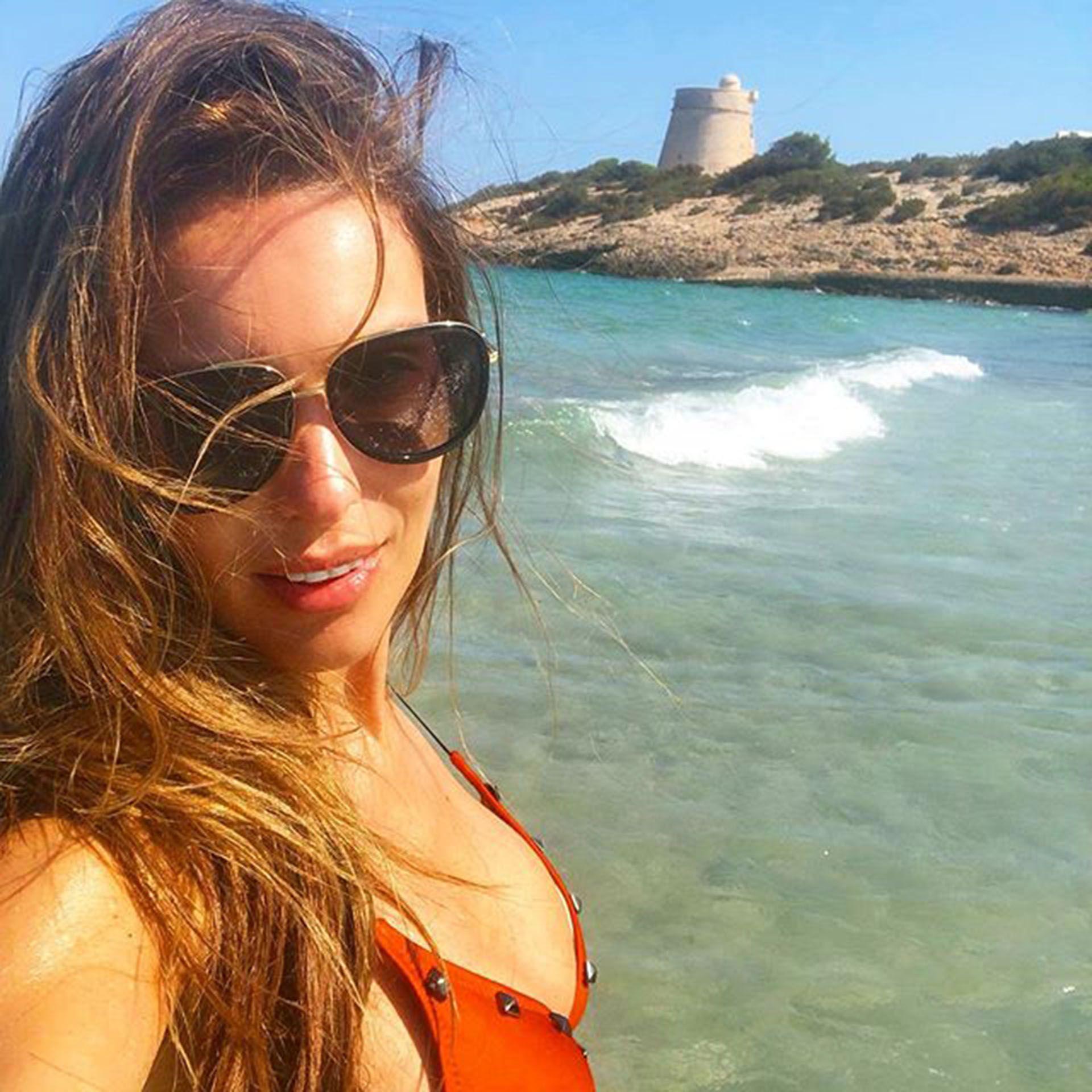 c43b94a853d9 Playa, sol y fiesta: las vacaciones de Pampita Ardohain con amigos y ...