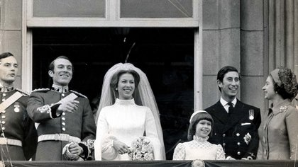 La princesa Anne y al capitán Mark Phillips en el palacio de Buckingham con miembros de sus familias después de su boda, en 1973