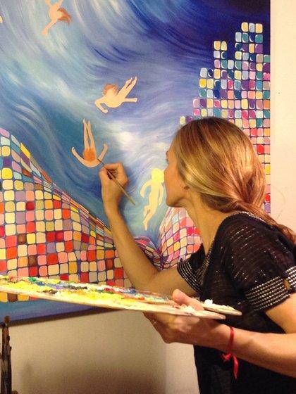 En pleno trabajo. Laura Subise pintando su primera obra.