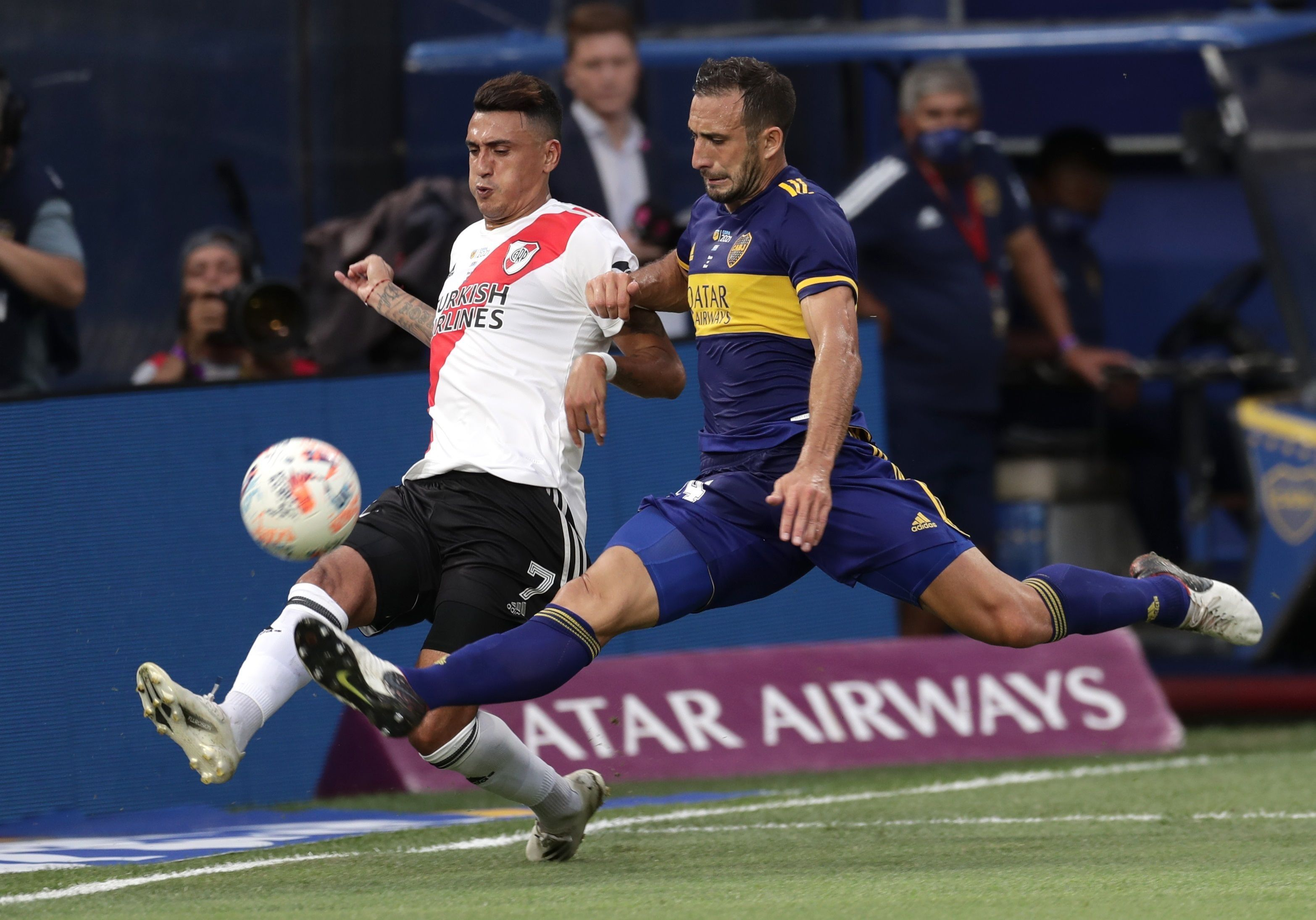 Carlos Izquierdoz (d) de Boca disputa el balón con Matías Suárez de River, el 14 de marzo de 2021, en el superclásico disputado en La Bombonera en Buenos Aires (Argentina). EFE/Alejandro Pagni