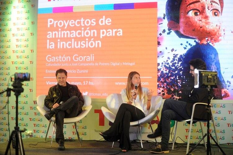 Sheila Graschinsky, mamá de Ian, y Gastón Gorali cuentan en el stand de TICMAS cómo se hizo el video (Dino Calvo)