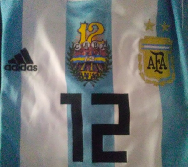 """La insignia de """"La Doce"""", en el centro de la camiseta"""