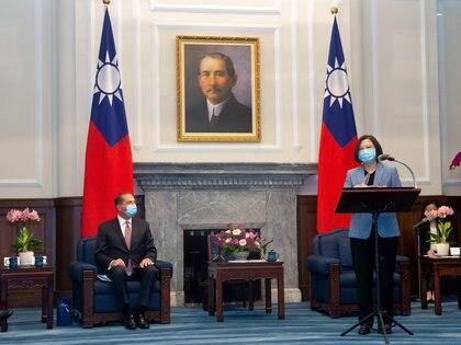 La presidente de Taiwán, Tsai ing-wen junto al secretario de Salud de Estados Unidos, Alex Azar. Foto: Central News Agency/via REUTERS