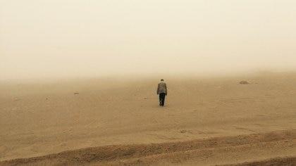 """Una imagen de su Zurita caminando en el desierto, parte del documental """"Zurita, verás no ver"""""""