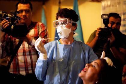Foto de archivo. Trabajadora de salud guatemalteca participa en un simulacro para atender presuntos portadores de coronavirus, en un hotel en Ciudad de Guatemala, Guatemala, 26 de febrero de 2020. REUTERS/Luis Echeverria
