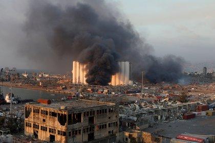 Una gran columna de humo quedó en el puerto de Beirut tras la explosión (REUTERS/Mohamed Azakir)