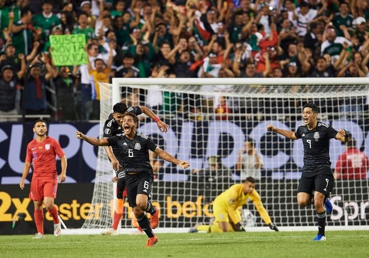 Dos Santos corre para festejar con sus compañeros el gol del título (Foto: Twitter @Fifaworldcup_es)