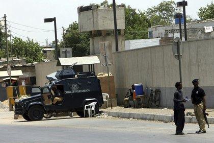 Oficiales de seguridad hacían guardia a las puertas del consulado estadounidense en Karachi (Pakistán) , un día después de la muerte de Osama Bin Laden a manos de sus marines en 2011. EFE/Rehan Khan/Archivo