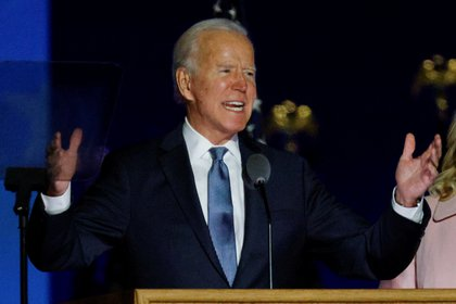 Joe Biden reacciona a los primeros resultados de las elecciones presidenciales de EE.UU. de 2020, en Wilmington, Delaware, el 4 de noviembre de 2020 (REUTERS/Brian Snyder)