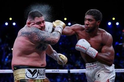 Anthony Joshua golpea el rostro de Andy Ruiz Jr durante pelea por título de pesos pesados. Arena Diriyah. Diriyah, Arabia Saúdita. 7 de diciembre de 2019. Action Images via Reuters/Andrew Couldridge