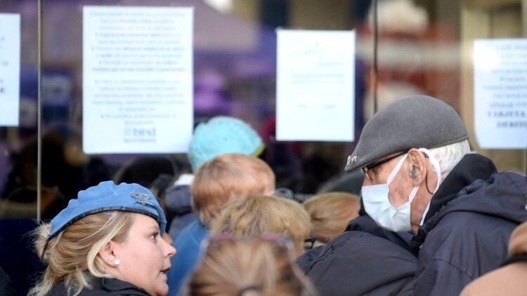 Los jubilados -el grupo más vulnerable por la pandemia de coronavirus- se agolparon en las puertas de los bancos para cobrar sus haberes (Aglaplata)