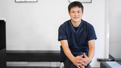 Yuki Hattori, fundador del Centro Médico Felino de Tokio, es el veterinario estrella de Japón