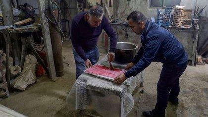 Yasser Hikmat trabajando en su obra (JOSEPH EID / AFP)