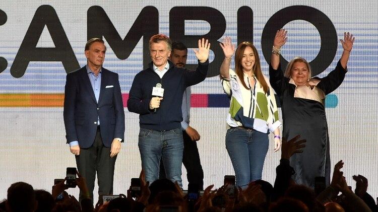 Pichetto, con cara de pocos amigos, junto a Macri en el escenario de Costa Salguero el domingo a la noche