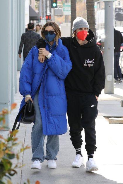 Justin Bieber y su esposa, Hailey, compartieron un romántico almuerzo en un exclusivo restaurante de Beverly Hills. El cantante lució un conjunto negro, tapabocas naranja y gorro gris, mientras que la modelo optó por una campera oversize azul, tapabocas del mismo color, cartera negra y zapatillas blancas
