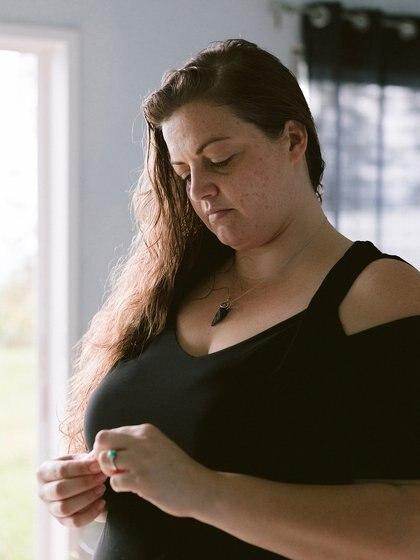 Ashley Dale toma los medicamentos que le fueron enviados por correo a través de un servicio de telemedicina para abortos en Honaunau, Hawái, el 28 de junio de 2019 (Michelle Mishina-Kunz/The New York Times)