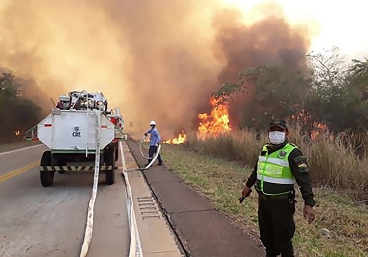 Las autoridades continúan combatiendo las llamas (AFP)