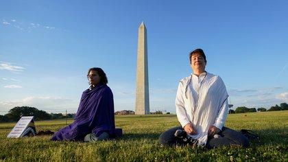 Dos personas meditan en Washington DC. Foto: REUTERS/Kevin Lamarque