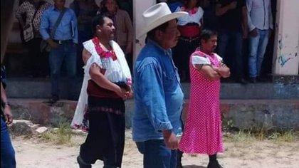 Los habitantes del municipio de Huixtán, Chiapas, vistieron de mujer al alcalde Javier Sebastián por falta de cumplimiento de promesas (Foto: Facebook)