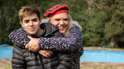 """Marian junto a Francisco, su hijo menor, quien la está acompañando durante su proceso detransición a """"mujer trans"""" (Adrián Escandar)"""