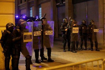 Oficiales de la Policía desplegados en Barcelona para vigilar el desarrollo de la protesta este viernes (REUTERS/Albert Gea)