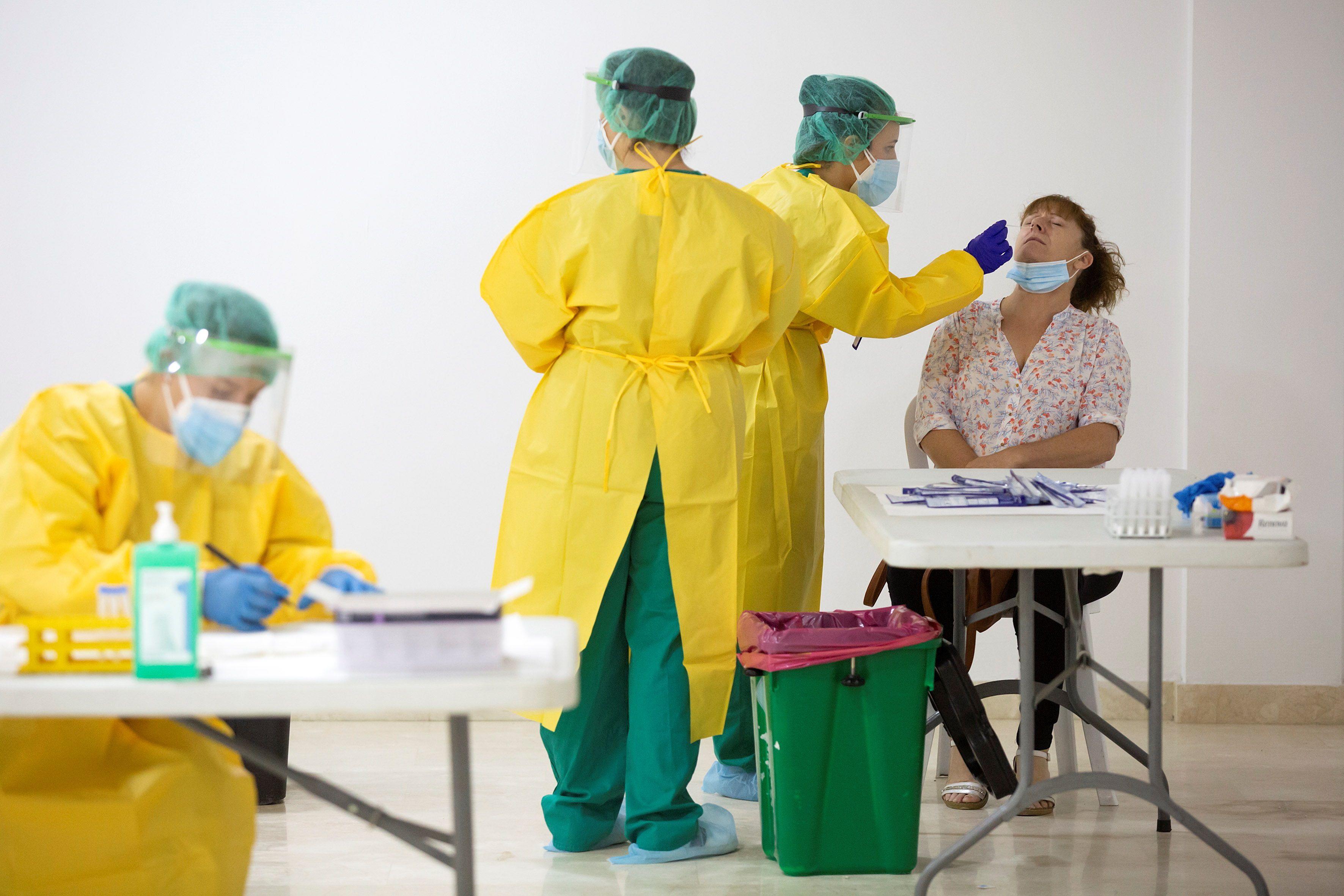 Los científicos recomiendan que todas las personas, incluidas las que han pasado la enfermedad, deben cumplir las mismas medidas de prevención que el resto (mascarilla, higiene y distancia (EFE/Daniel Pérez)