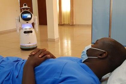 Los robots ayudan a medir varios signos vitales de los pacientes infectados, les sirven comida y limpian los hospitales (REUTERS/Clement Uwiringiyimana)