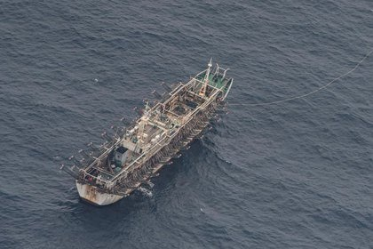 Un barco pesquero chino es visto desde un avión